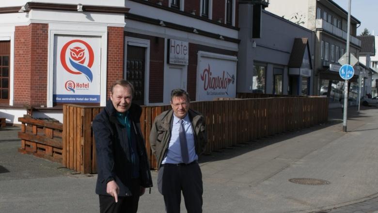 1. Stadtrat Bernd Weiher und CDU-Fraktionskollege Matthias Gädigk weisen auf verblasste Markierungen hin.